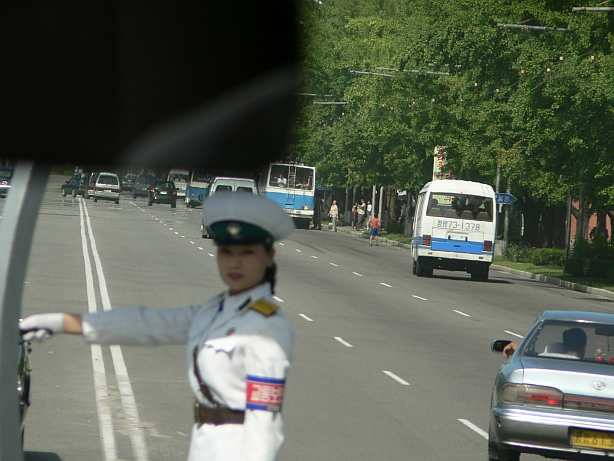 Traffic lady in Pyongyang blog on QSL.net FNJ072a