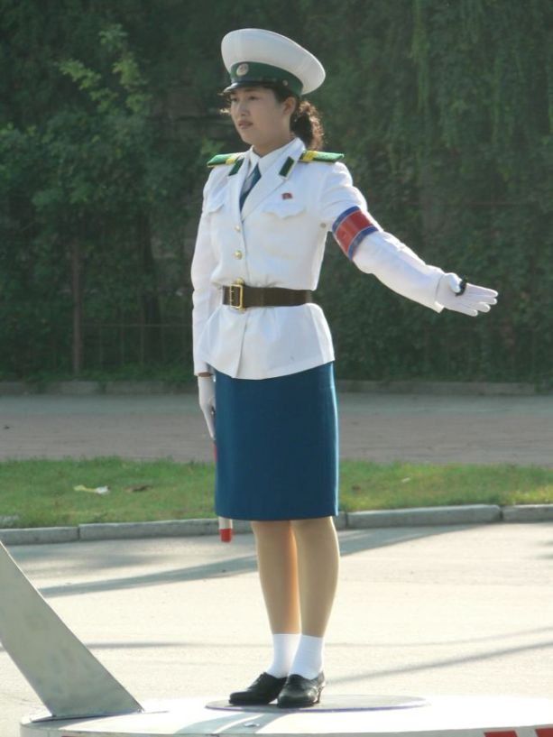 Traffic lady in Pyongyang blog on QSL.net FNJ072d