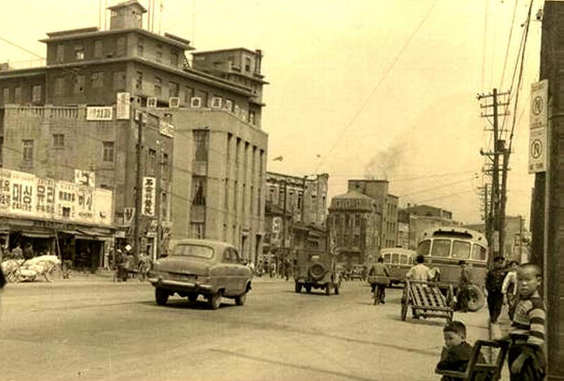 http://blog.joins.com/usr/f/a/fabiano/6/52(1).jpg.  А Сеул (хотя снимок более ранний) выглядел так.